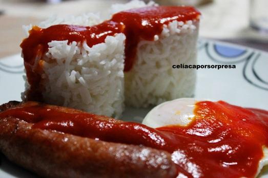 arroz con huevo y longanizas