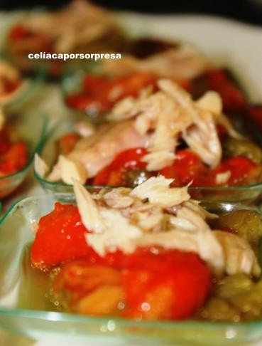 platitos de melva sobre ensalada de pimientos asados