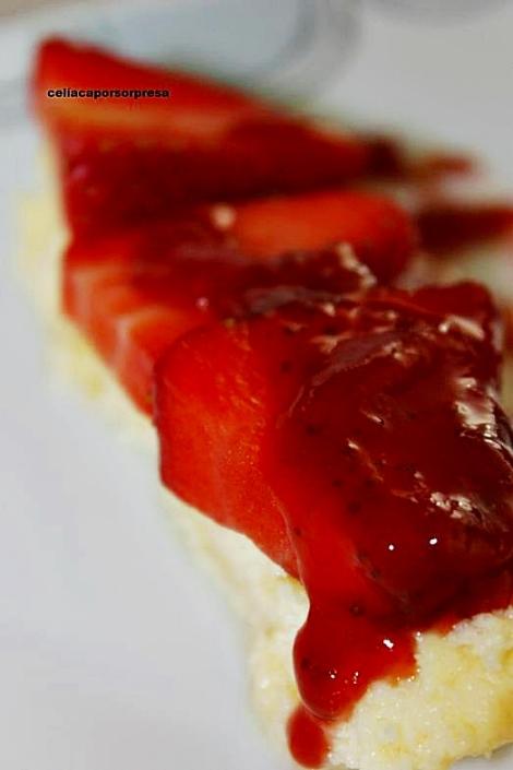 pastel-de-queso-con-coulis-de-fresa-de-cerca