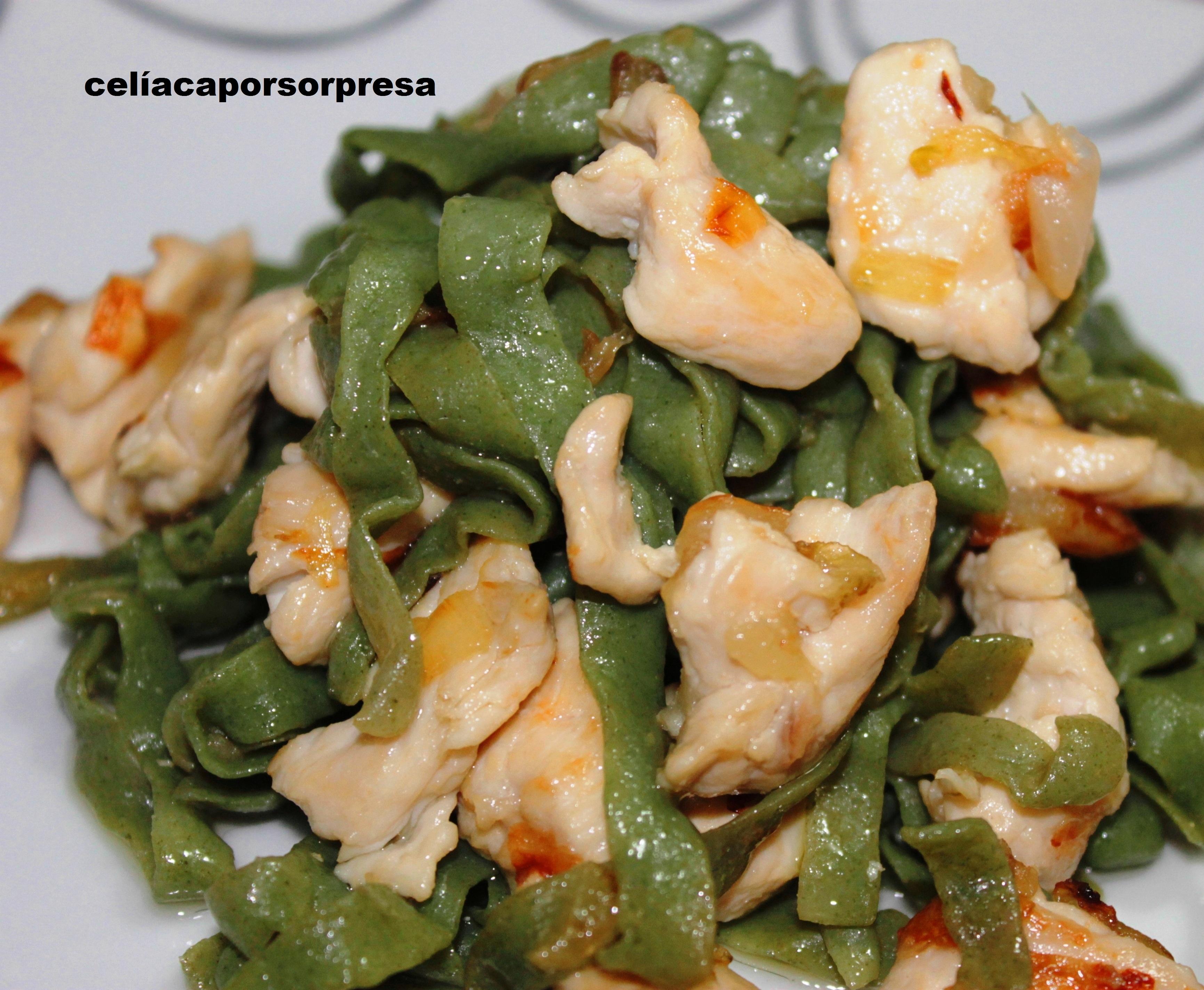 Fetuccine De Espinacas Konjac Con Pollo Y cebolla