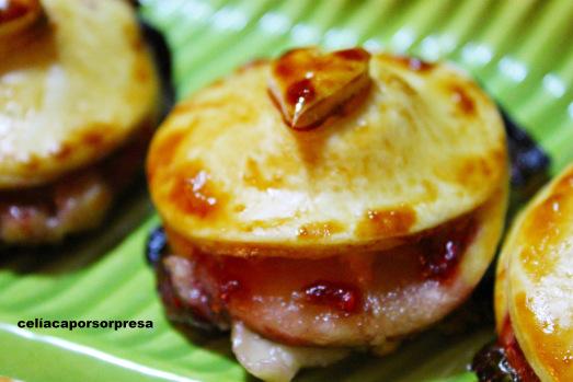 hojaldritos-de-queso-brie-con-mermelada-de-frambuesa-de-cerca