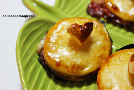 hojaldritos-de-queso-brie-con-mermelada-de-frambuesa-zoom-de-cerca
