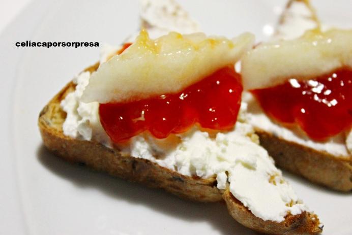 tosta-de-queso-crema-mermelada-de-tomate-y-melon-de-cerca