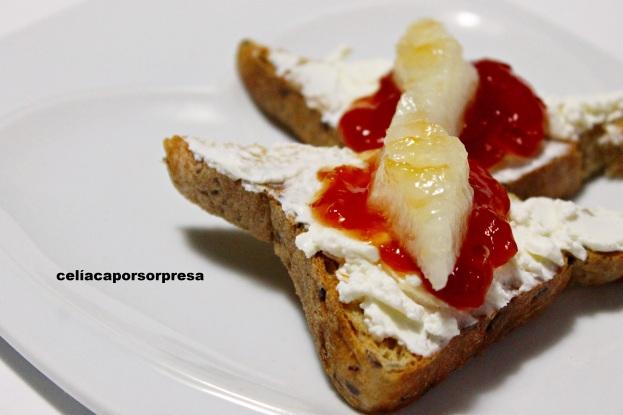 tosta-de-queso-crema-mermelada-de-tomate-y-melon