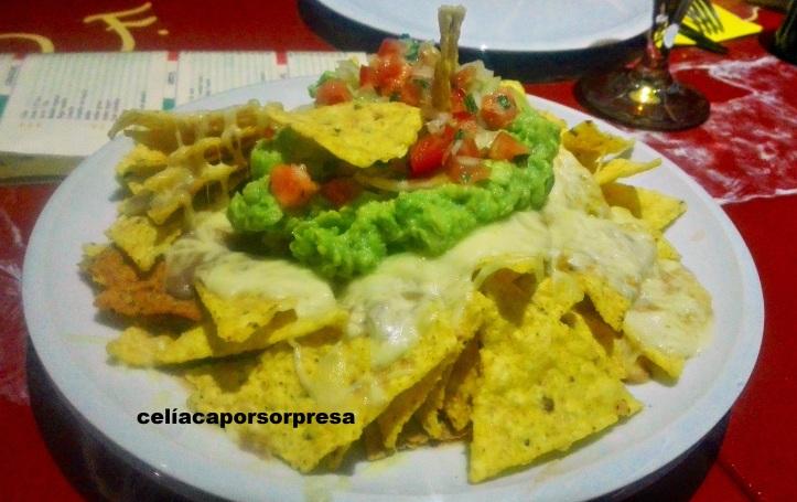 nachos-con-guacamole-comete-mexico