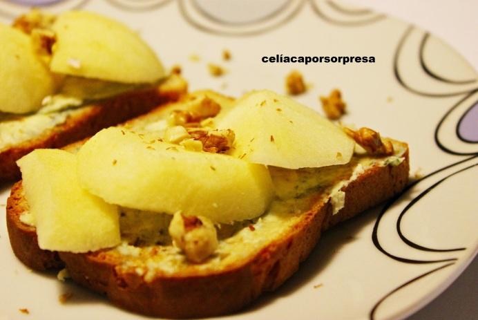 tosta-de-queso-azul-manzana-y-nueces-de-cerca