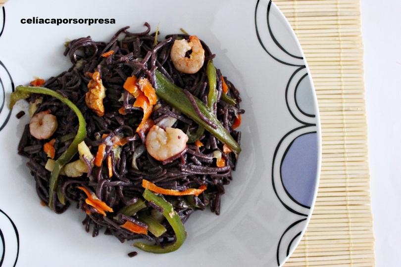 noodles-de-arroz-negro-con-verduras-y-gambas-desde-arriba