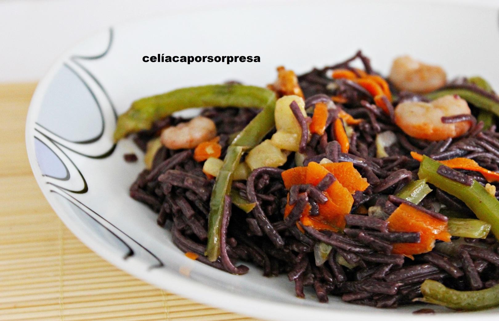 noodles-de-arroz-negro-con-verduras-y-gambas