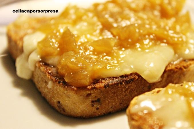 tosta-de-torta-del-casar-con-cebolla-caramelizada-de-cerca